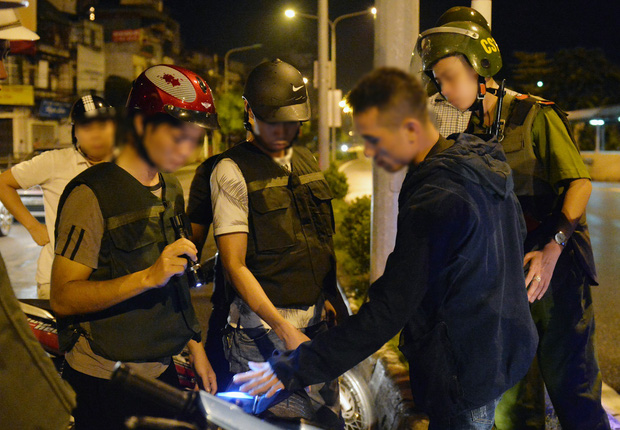 Hà Nội ra quân tổng kiểm tra, kiểm soát hành chính trong đêm: Đang ngồi uống nước, bị mời về phường vì không mang giấy tờ tuỳ thân - Ảnh 13.