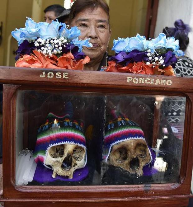 Lễ hội đáng sợ tại Bolivia: Đưa đầu lâu người thân dạo chơi khắp nơi cùng kính râm, mũ rộng vành như người còn sống - Ảnh 13.