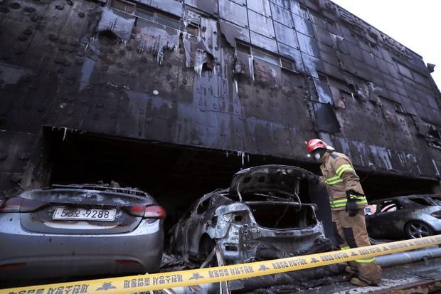 Nhà xe cháy rụi, khung cảnh tàn hoang từ vụ cháy lớn nhất lịch sử Hàn Quốc làm 29 người thiệt mạng - Ảnh 1.
