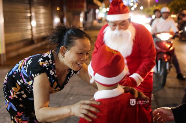 Chùm ảnh: Nhóm thợ xăm ở Sài Gòn hóa thành ông già Noel để tặng quà cho người lang thang đêm Giáng sinh - Ảnh 12.