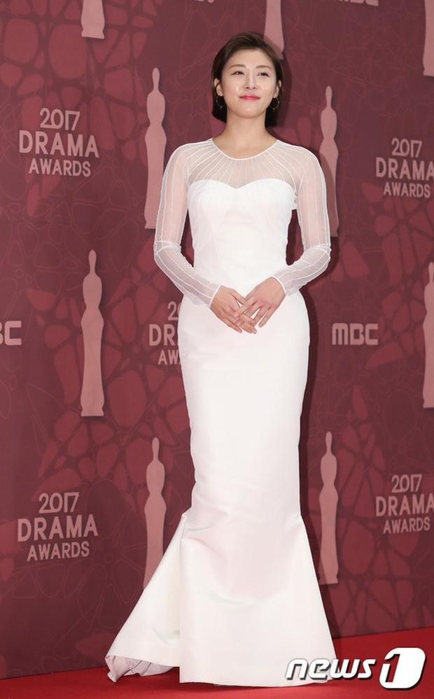 MBC Drama Awards 2017: Mẹ Kim Tan, Ha Ji Won rơi lệ vì nữ diễn viên có chồng bị sát hại dã man - Ảnh 20.