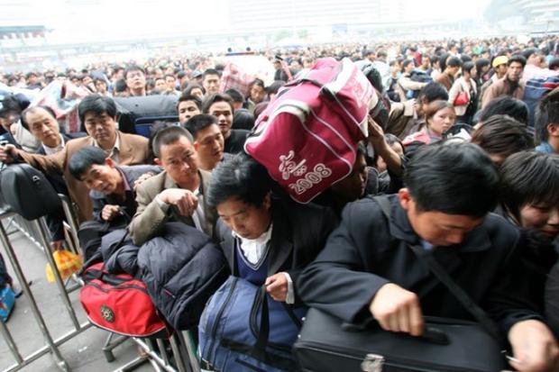 Những hình ảnh chen chúc kinh hoàng trong đợt di cư về quê ăn Tết ở Trung Quốc - Ảnh 11.