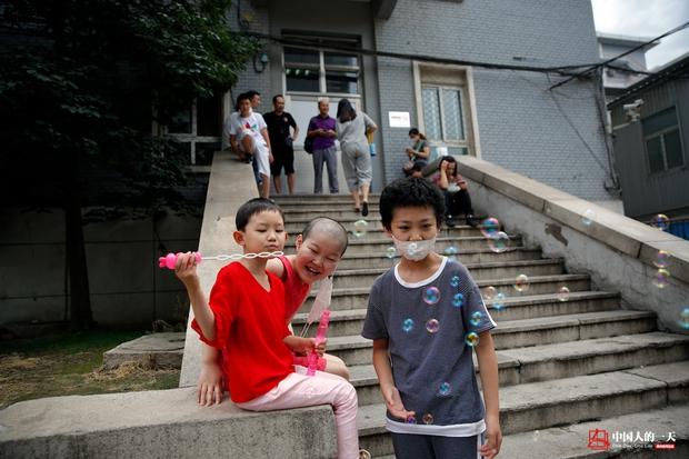 Nhật ký phiêu bạt ở Bắc Kinh của trẻ em mắc bệnh ung thư phải ở trong những căn nhà chật chội, kiếm tìm hy vọng sống - Ảnh 10.