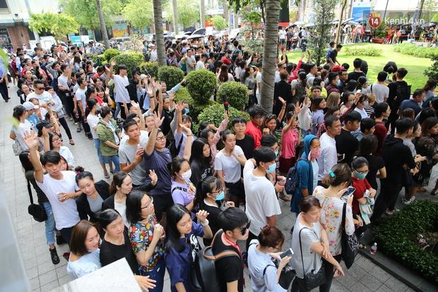 H&M khai trương: 11h mới mở cửa mà từ 9h sáng dân tình đã đội nắng xếp hàng dài dằng dặc bên ngoài chờ đợi - Ảnh 6.