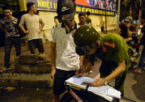 Hà Nội ra quân tổng kiểm tra, kiểm soát hành chính trong đêm: Đang ngồi uống nước, bị mời về phường vì không mang giấy tờ tuỳ thân - Ảnh 14.