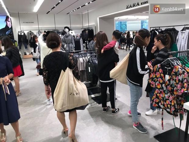 Zara Hà Nội khai trương: Tới trưa khách đông nghịt, ai cũng nô nức mua sắm như đi trẩy hội - Ảnh 23.