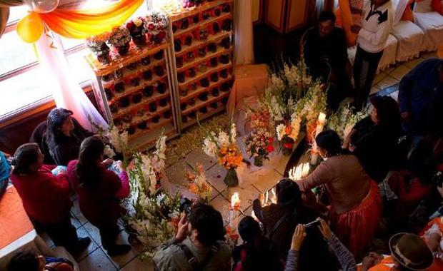 Lễ hội đáng sợ tại Bolivia: Đưa đầu lâu người thân dạo chơi khắp nơi cùng kính râm, mũ rộng vành như người còn sống - Ảnh 14.