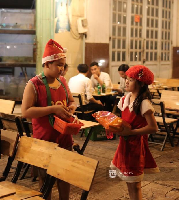 Chùm ảnh: Nhóm thợ xăm ở Sài Gòn hóa thành ông già Noel để tặng quà cho người lang thang đêm Giáng sinh - Ảnh 13.