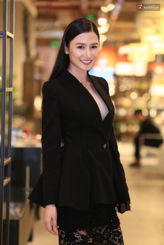 Ngọc Trinh hội ngộ siêu mẫu Ngọc Thạch, cùng khoe vai trần quyến rũ tại sự kiện - Ảnh 12.