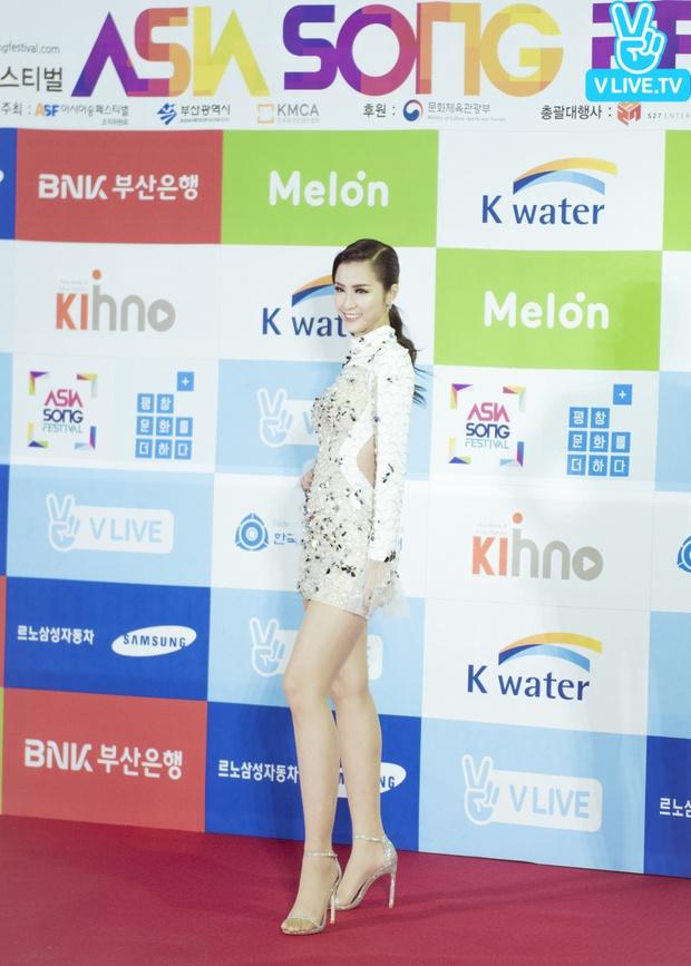 Diện váy xuyên thấu tỏa sáng, Đông Nhi được khen ngợi trên thảm đỏ Asia Song Festival 2017 - Ảnh 4.