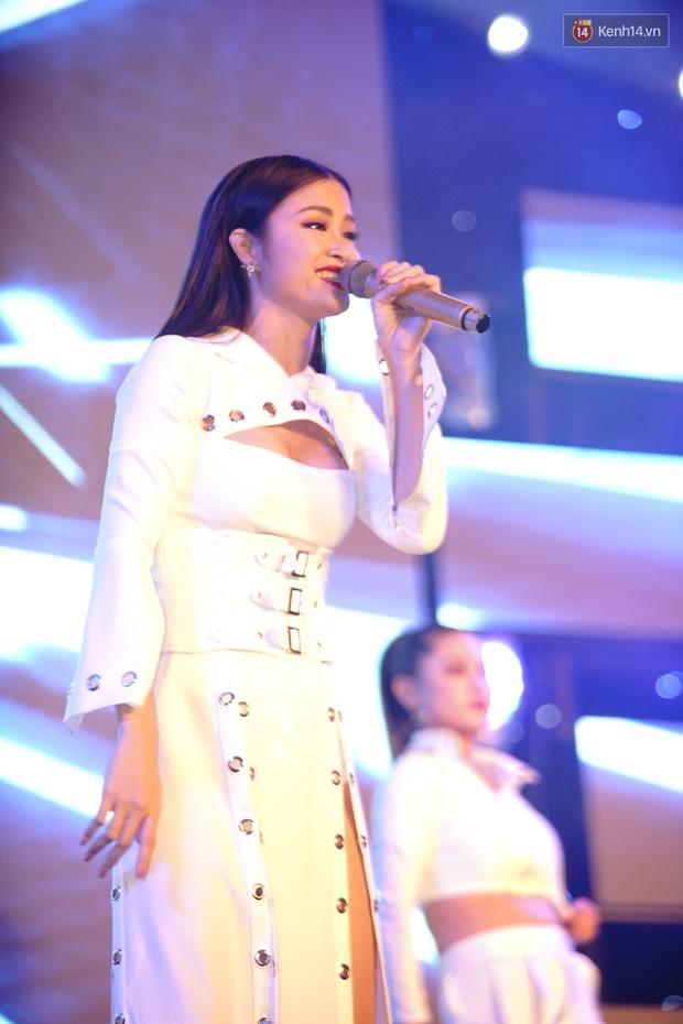 Được tổ chức sinh nhật sớm 1 tuần, Đông Nhi hạnh phúc lọt thỏm trong vòng vây fan Hà Nội - Ảnh 1.