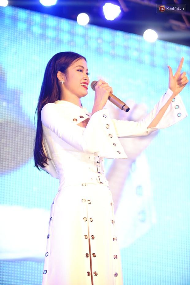 Được tổ chức sinh nhật sớm 1 tuần, Đông Nhi hạnh phúc lọt thỏm trong vòng vây fan Hà Nội - Ảnh 7.