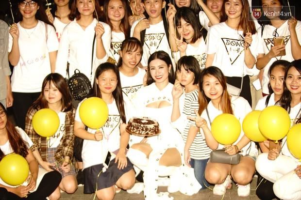 Được tổ chức sinh nhật sớm 1 tuần, Đông Nhi hạnh phúc lọt thỏm trong vòng vây fan Hà Nội - Ảnh 6.