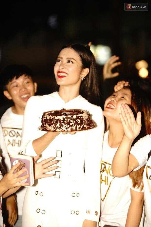 Được tổ chức sinh nhật sớm 1 tuần, Đông Nhi hạnh phúc lọt thỏm trong vòng vây fan Hà Nội - Ảnh 4.