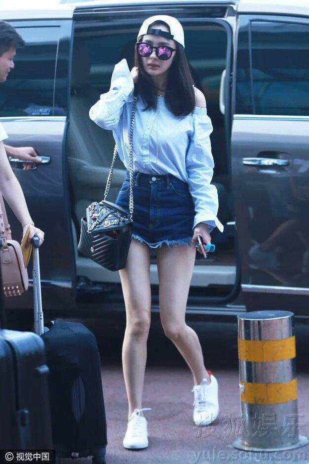 Những màn khoe chân đỉnh cao chứng minh: Dương Mịch chính là nữ hoàng sân bay số 1 Cbiz! - Ảnh 7.