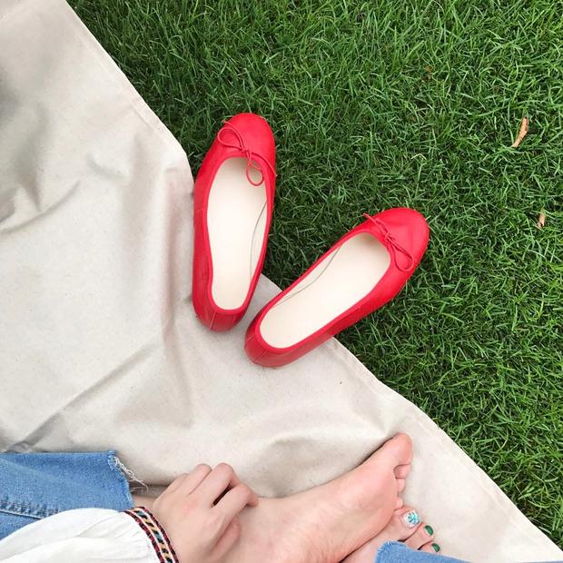 Thu này nếu định sắm thêm giày, bạn nhất định nên chọn giày búp bê màu đỏ vì nó sắp thành hot trend đến nơi rồi! - Ảnh 12.