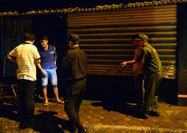 Hà Nội ra quân tổng kiểm tra, kiểm soát hành chính trong đêm: Đang ngồi uống nước, bị mời về phường vì không mang giấy tờ tuỳ thân - Ảnh 15.