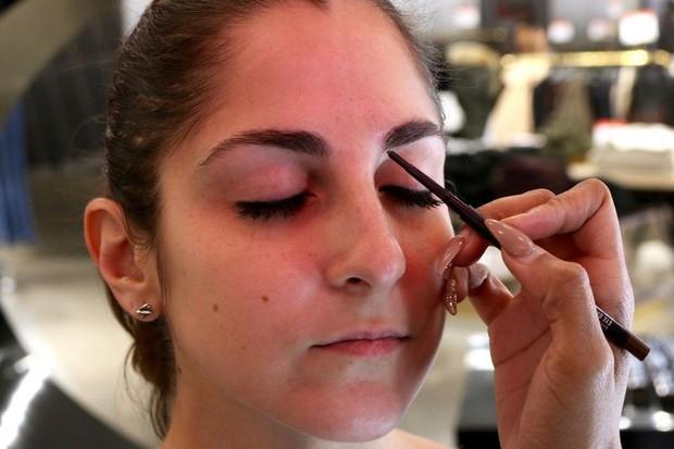 Cô nàng này đã thử dịch vụ lột xác lông mày của 2 hãng mỹ phẩm nổi tiếng và phải ố á với kết quả - Ảnh 15.
