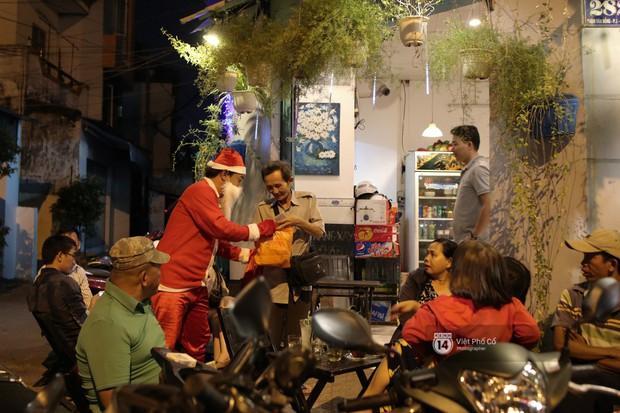 Chùm ảnh: Nhóm thợ xăm ở Sài Gòn hóa thành ông già Noel để tặng quà cho người lang thang đêm Giáng sinh - Ảnh 14.