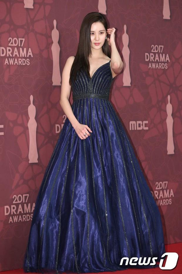 MBC Drama Awards 2017: Mẹ Kim Tan, Ha Ji Won rơi lệ vì nữ diễn viên có chồng bị sát hại dã man - Ảnh 22.