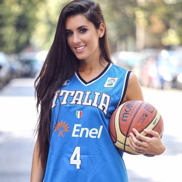 Vẻ đẹp khó cưỡng của nữ vận động viên bóng rổ quyến rũ nhất hành tinh - Ảnh 3.