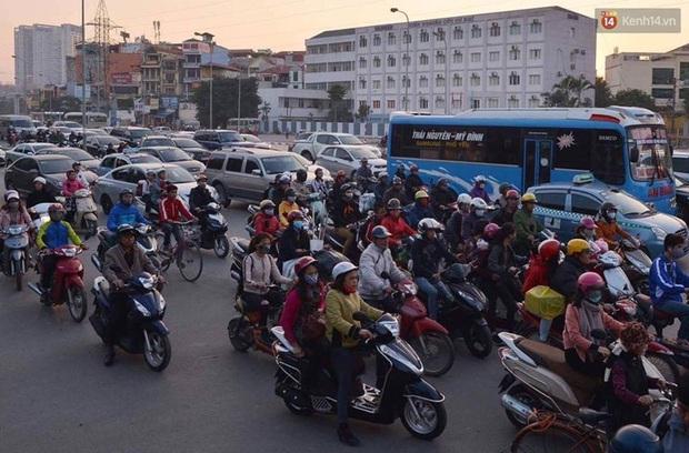 Chùm ảnh: Chiều 28 Tết, người dân lỉnh kỉnh đồ đạc về quê, nhiều tuyến đường ở Hà Nội ùn tắc - Ảnh 19.