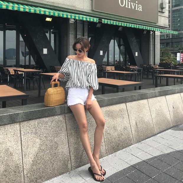 Dép tông, dép lào giờ đã thành món đồ sành điệu, được các fashionista xứ Hàn diện cùng đồ đi chơi cực chất - Ảnh 17.