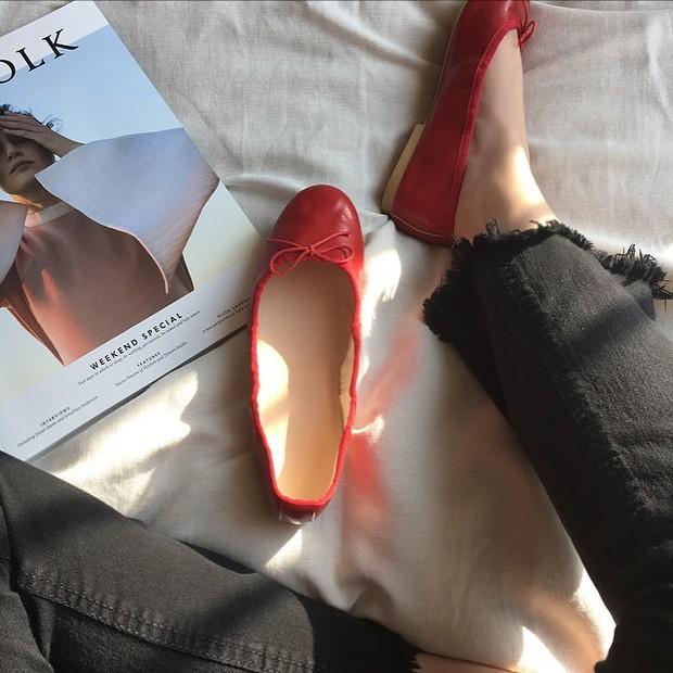 Thu này nếu định sắm thêm giày, bạn nhất định nên chọn giày búp bê màu đỏ vì nó sắp thành hot trend đến nơi rồi! - Ảnh 4.