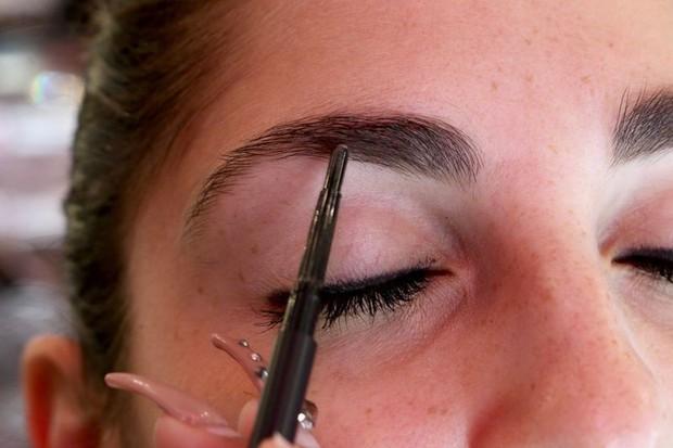 Cô nàng này đã thử dịch vụ lột xác lông mày của 2 hãng mỹ phẩm nổi tiếng và phải ố á với kết quả - Ảnh 16.
