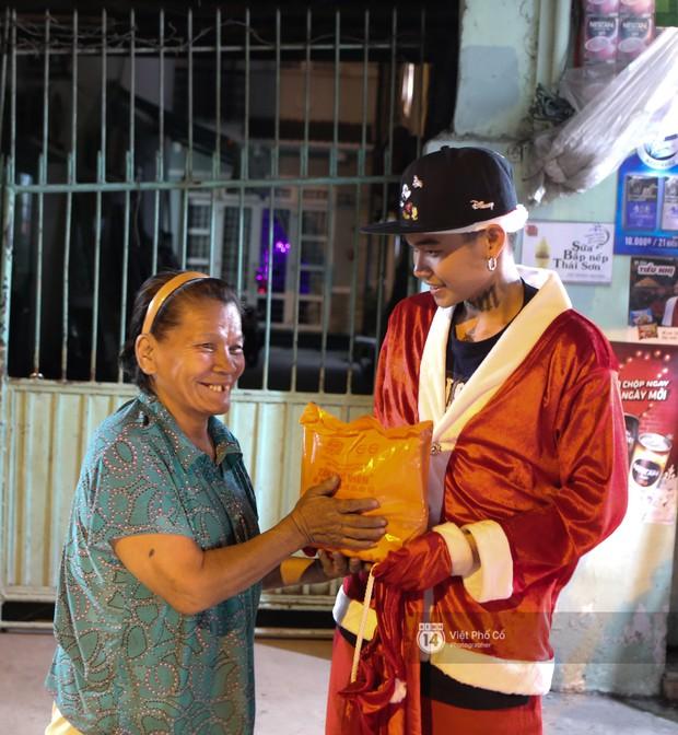 Chùm ảnh: Nhóm thợ xăm ở Sài Gòn hóa thành ông già Noel để tặng quà cho người lang thang đêm Giáng sinh - Ảnh 15.