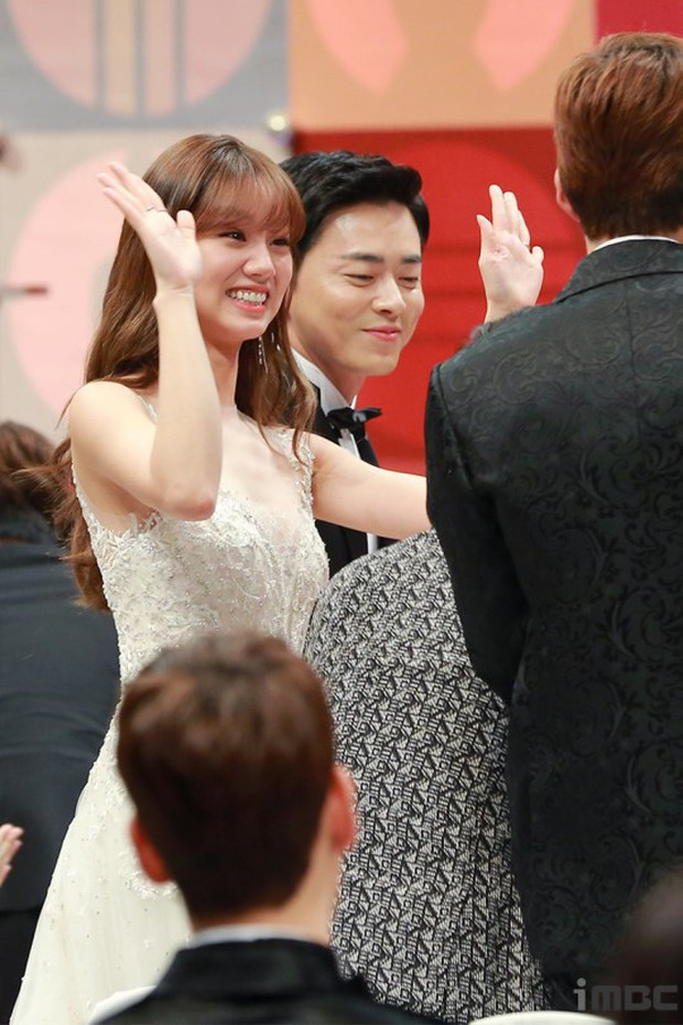 MBC Drama Awards 2017: Mẹ Kim Tan, Ha Ji Won rơi lệ vì nữ diễn viên có chồng bị sát hại dã man - Ảnh 6.