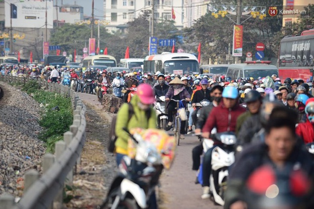 Chùm ảnh: Chiều 28 Tết, người dân lỉnh kỉnh đồ đạc về quê, nhiều tuyến đường ở Hà Nội ùn tắc - Ảnh 3.