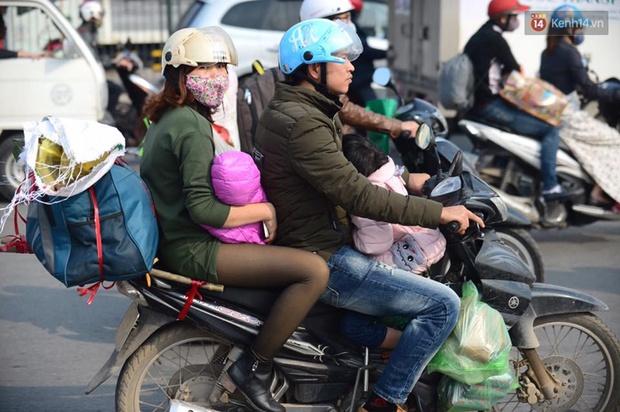 Chùm ảnh: Chiều 28 Tết, người dân lỉnh kỉnh đồ đạc về quê, nhiều tuyến đường ở Hà Nội ùn tắc - Ảnh 12.