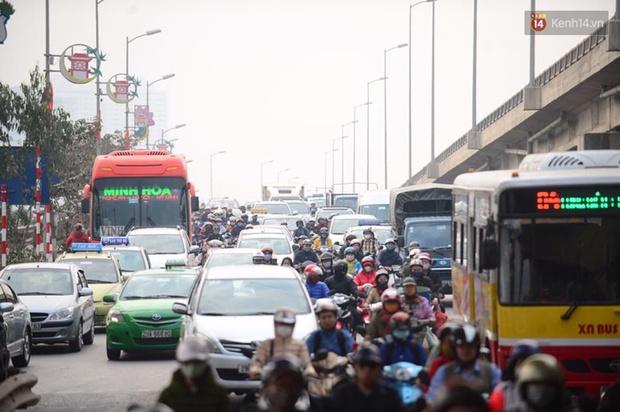 Chùm ảnh: Chiều 28 Tết, người dân lỉnh kỉnh đồ đạc về quê, nhiều tuyến đường ở Hà Nội ùn tắc - Ảnh 15.