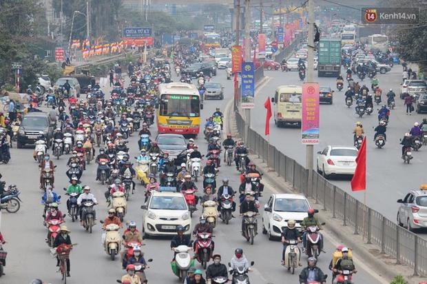 Chùm ảnh: Chiều 28 Tết, người dân lỉnh kỉnh đồ đạc về quê, nhiều tuyến đường ở Hà Nội ùn tắc - Ảnh 8.