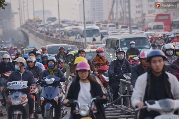 Chùm ảnh: Chiều 28 Tết, người dân lỉnh kỉnh đồ đạc về quê, nhiều tuyến đường ở Hà Nội ùn tắc - Ảnh 20.