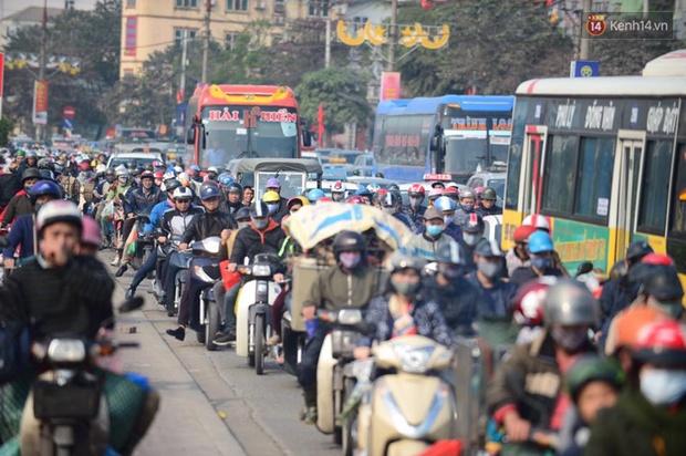 Chùm ảnh: Chiều 28 Tết, người dân lỉnh kỉnh đồ đạc về quê, nhiều tuyến đường ở Hà Nội ùn tắc - Ảnh 5.