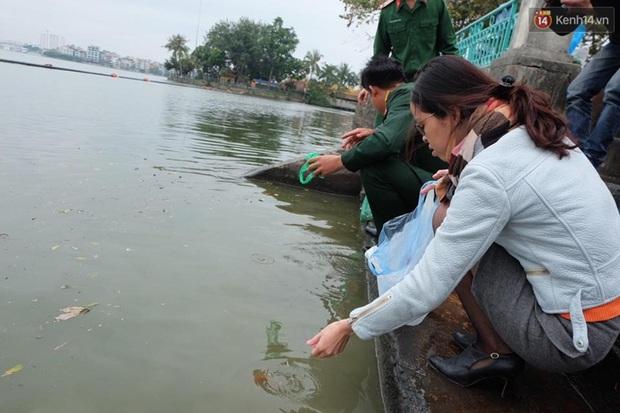 Người Hà Nội thả cá chép khủng tiễn Táo quân về trời - Ảnh 5.