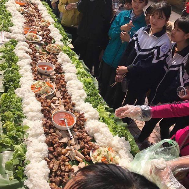 Chưa từng có: Tiệc tất niên với suất bún chả dài... 6 mét của học sinh Bắc Giang - Ảnh 1.