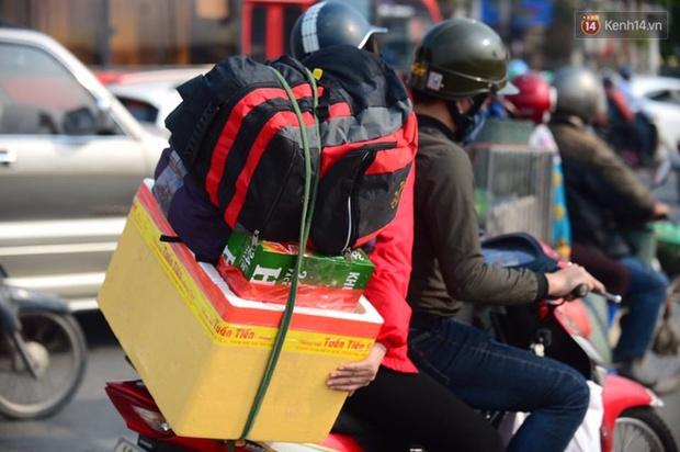 Chùm ảnh: Chiều 28 Tết, người dân lỉnh kỉnh đồ đạc về quê, nhiều tuyến đường ở Hà Nội ùn tắc - Ảnh 13.