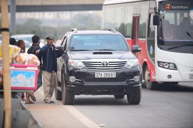 Chùm ảnh: Chiều 28 Tết, người dân lỉnh kỉnh đồ đạc về quê, nhiều tuyến đường ở Hà Nội ùn tắc - Ảnh 18.