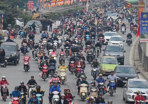 Chùm ảnh: Chiều 28 Tết, người dân lỉnh kỉnh đồ đạc về quê, nhiều tuyến đường ở Hà Nội ùn tắc - Ảnh 9.