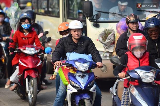 Chùm ảnh: Chiều 28 Tết, người dân lỉnh kỉnh đồ đạc về quê, nhiều tuyến đường ở Hà Nội ùn tắc - Ảnh 14.