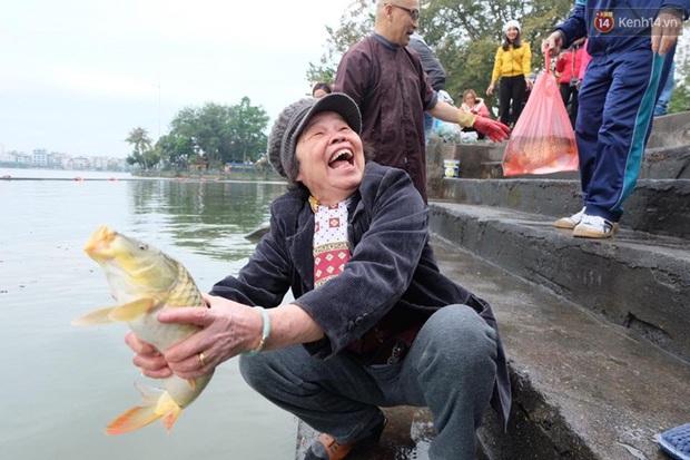 Người Hà Nội thả cá chép khủng tiễn Táo quân về trời - Ảnh 1.