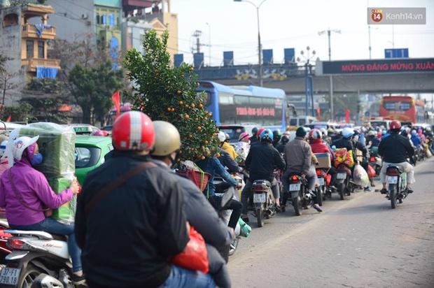 Chùm ảnh: Chiều 28 Tết, người dân lỉnh kỉnh đồ đạc về quê, nhiều tuyến đường ở Hà Nội ùn tắc - Ảnh 7.
