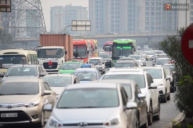 Chùm ảnh: Chiều 28 Tết, người dân lỉnh kỉnh đồ đạc về quê, nhiều tuyến đường ở Hà Nội ùn tắc - Ảnh 16.