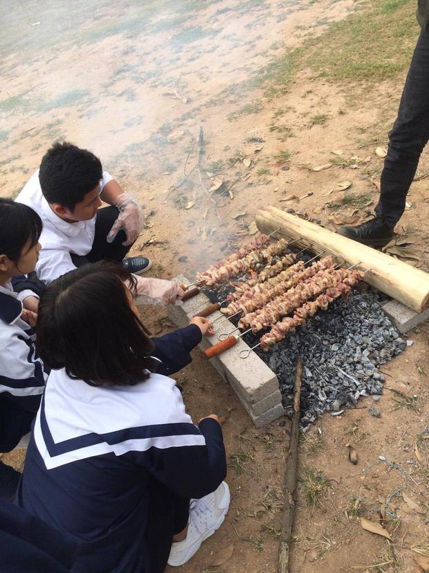 Chưa từng có: Tiệc tất niên với suất bún chả dài... 6 mét của học sinh Bắc Giang - Ảnh 4.