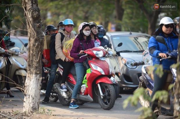 Chùm ảnh: Chiều 28 Tết, người dân lỉnh kỉnh đồ đạc về quê, nhiều tuyến đường ở Hà Nội ùn tắc - Ảnh 6.