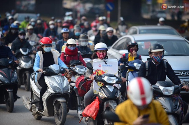 Chùm ảnh: Chiều 28 Tết, người dân lỉnh kỉnh đồ đạc về quê, nhiều tuyến đường ở Hà Nội ùn tắc - Ảnh 1.