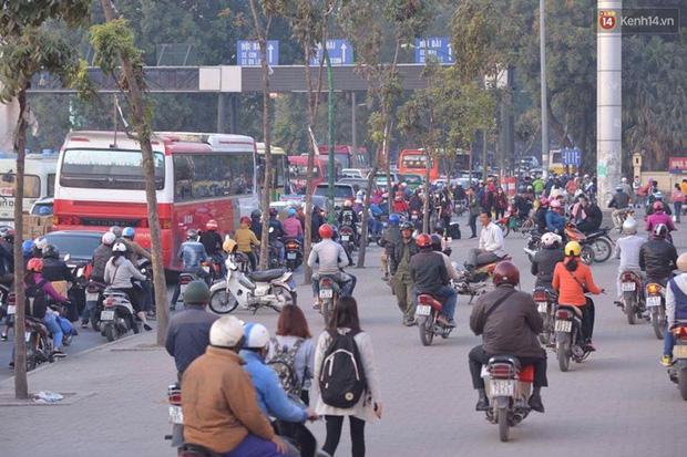 Chùm ảnh: Chiều 28 Tết, người dân lỉnh kỉnh đồ đạc về quê, nhiều tuyến đường ở Hà Nội ùn tắc - Ảnh 21.